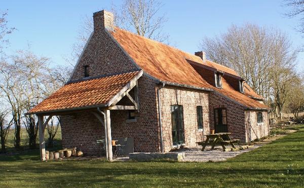 Rénovation d'une habitation en ruine à Frasnes au départ de matériaux de récupérations (briques, tuiles,...)