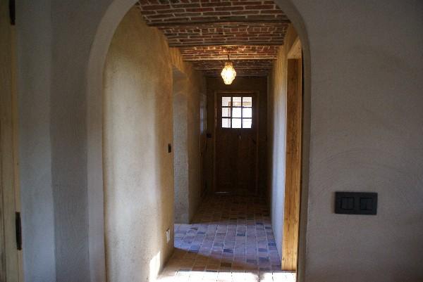 Rénovation d'une habitation en ruine à Frasnes au départ de matériaux de récupérations (portes,...) et enduit à l'argile