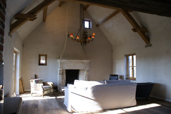 Rénovation d'une habitation en ruine à Frasnes au départ de matériaux de récupérations (parquets, cheminée en pierre,...) charpente reconstruite de façon traditionnelle et enduit à la chaux