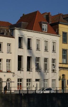 Transformation d'un immeuble à appartements à Tournai. Façade rénovée à partir d'enduit à base de liège.